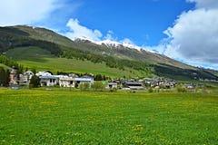 Alpe-vista svizzera sulla città Madulain Immagini Stock Libere da Diritti