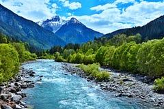 Alpe-vista svizzera sulla locanda del fiume in San Nicla Fotografie Stock Libere da Diritti