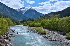 Alpe-vista svizzera sulla locanda del fiume in San Nicla Immagini Stock Libere da Diritti