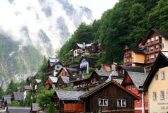 Alpejscy domy w Hallstatt dekorowali z kwiatami i roślinami fotografia stock