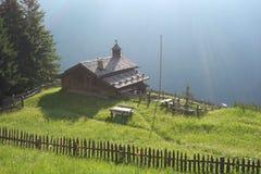 Alpejska łąka z starym drewnianym domem wiejskim, dolomity fotografia royalty free