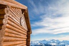 Alpejska pierwszej pomocy buda z widokiem gór zdjęcia royalty free