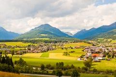 Alpejska wioska i łąki Fotografia Royalty Free