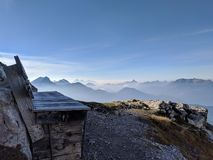 Alpejski bank z wielkim widokiem obrazy stock