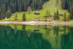 Alpejski góra dom w lesie odbijał w wodzie Zdjęcie Royalty Free