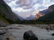 Alpejski góry wody strumień przy zmierzchem w Szwajcaria Zdjęcie Royalty Free