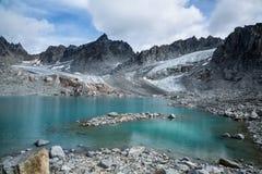 Alpejski jezioro pod Nowym lodowem Zdjęcie Royalty Free