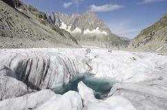 Alpejski krajobraz z górami, jeziorem i lodowem, Fotografia Royalty Free