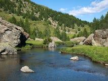 Alpejski krajobraz z rzecznym spływaniem Zdjęcie Royalty Free