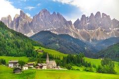 Alpejski krajobraz z skalistymi górami w dolomitach przy Santa Maddalena Alta zdjęcia royalty free