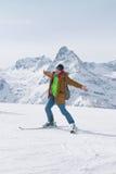 Alpejski narciarstwo w wysokich górach Aktywna pozytywna narciarka Obrazy Royalty Free