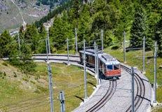 Alpejski pociąg w Szwajcaria, Zermatt obrazy stock