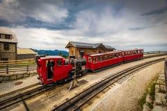Alpejski stojaka kolejowy ślad Schafberg, dokąd kontrpara pociąg bierze turystów na halnym szczycie w Austriackich Alps blisko Sa fotografia stock