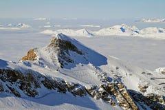 Alpejski widok angażować śnieg w dolinie z chmurami Obraz Stock