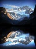 Alpen in Österreich mit Gebirgsseereflexion Stockfotografie