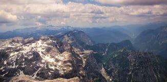 Alpen, bergbovenkanten met sneeuw worden behandeld die Royalty-vrije Stock Afbeeldingen