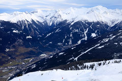Alpen-Berge und alpines Dorf im Tal (Österreich) Lizenzfreies Stockfoto