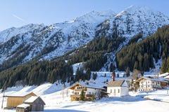 Alpen, bergketen in de sneeuw, alpiene villag wordt behandeld die Royalty-vrije Stock Afbeelding