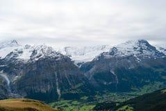Alpen gestalten im Sommer landschaftlich stockbild