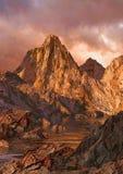 alpen högt landsglöd stock illustrationer