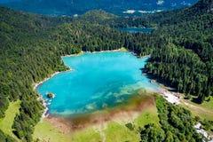 Alpen Lake Lago di Fusine Superiore Italien Luft-FPV-Brummen fligh Stockfotografie