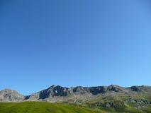Alpen: rand aan de blauwe hemel Royalty-vrije Stock Foto's