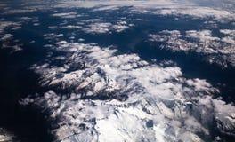 Alpen Schnee-mit einer Kappe bedeckte Spitzen Stockfotos