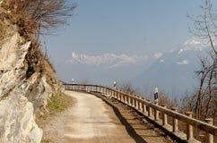 Alpen-Straße mit Schneebergen nahe Lugano, die Schweiz Stockfotos