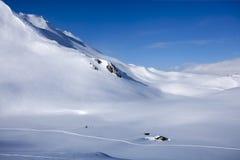 Alpen-Winter-Panorama mit der Hütte Stockfotografie