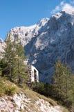 Alpenberge und alte TeildienstDrahtseilbahn Stockfotos