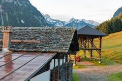 Alpengebirgsdorf-Sonnenaufganglandschaft mit hölzernen Scheunen in Österreich Lizenzfreie Stockbilder