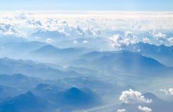 Alpengebirgsdraufsicht von einer Ebene Stockfotografie
