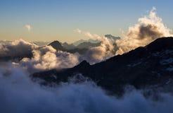 Alpengipfel in den Wolken gesehen von Mantova-Hütte auf Monte Rosa, Lizenzfreies Stockfoto