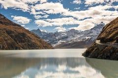 Alpengipfel hinter der großartigen Dixence-Verdammung lizenzfreie stockfotos