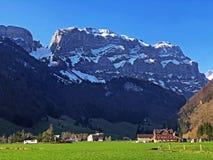 Alpengipfel Schafberg und Marwees im Alpstein-Gebirgszug und in der Appenzellerland-Region stockbilder