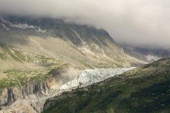 Alpengletscher nahe Chamonix lizenzfreie stockbilder