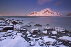 Alpenglow alla spiaggia sul Lofoten, Norvegia di Skagsanden Fotografia Stock