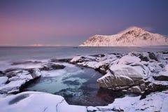 Alpenglow alla spiaggia sul Lofoten, Norvegia di Skagsanden Fotografia Stock Libera da Diritti