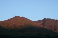 Alpenglow auf alaskischen Bergen Lizenzfreies Stockbild