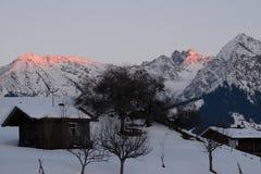 Alpenglow auf Schnee bedeckte Berge Lizenzfreie Stockfotos