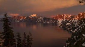 Alpenglow av solnedgången på krater sjön arkivfilmer