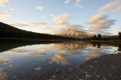 Alpenglow durch den See mit zwei Steckfassungen Lizenzfreie Stockfotografie