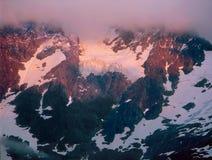 Alpenglow e o esclarecimento atacam na montagem Shuksan, cascatas nortes parque nacional, Washington foto de stock royalty free