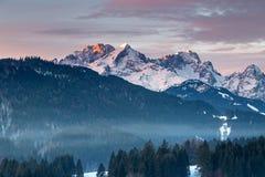 Alpenglow, montagne di Wetterstein nell'inverno Fotografia Stock Libera da Diritti