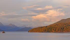 Alpenglow su una riva costiera Fotografia Stock