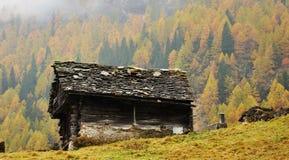 Alpenherbstlandschaft und -hütte Stockfoto