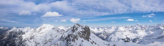 Alpenpanorama i vintern Oberstdorf arkivbild