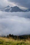 Alpenpanorama in nebelhaftem lizenzfreies stockfoto