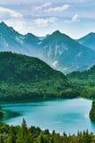 Alpensee sjö i fjällängar arkivbild