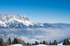 Alpenwinter-Schneelandschaft in Tirol stockfoto